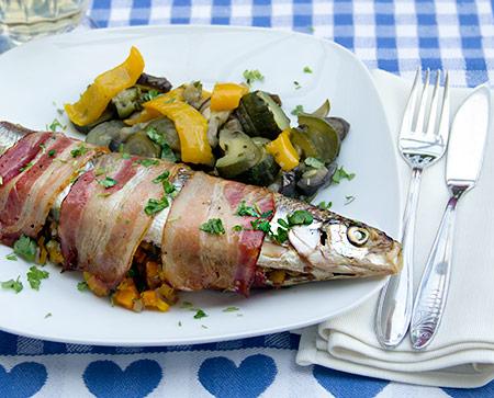 Mit dem passenden Cobb Grill Zubehör kann auch hervorragend Fisch zubereitet werden.