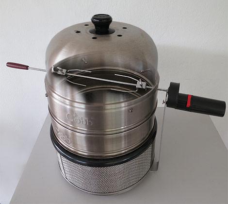 Cobb Grill Zubehör Marke Eigenbau: Der Cobb Grill kann mit einem selbstgebautem Drehspieß ergänzt werden.
