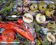 Gerösteten Salsa-Zutaten. Rechts oben: Tomatillos.
