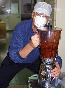 Harald Zoschke mit Bhut-Jolokia-Püree für den scharfen Chili-Senf