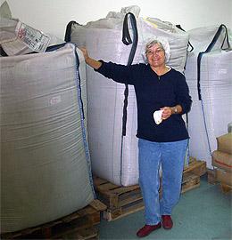 Renate Zoschke im Senf-Rohstofflager