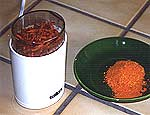Chilis in der Kaffeemühle