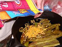Chilis-Souflee: Lagen aus Chilis und Käse