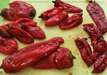 Geröstete und enthäutete Chilis