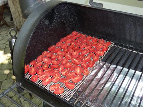 Tomapotle... Tomaten aus dem Smoker: Halbierte Früchte auf der Grillmatte