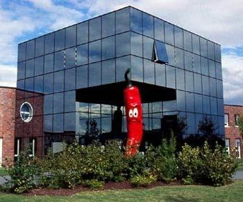 Sieben-Meter-Chili vorm dem Umax-Firmengebäude