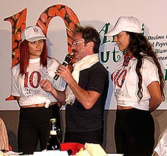 Wettessen-Moderator Gianni Pellegrino mit Assisteninnen