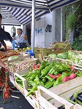 Pepperoncini-Auswahl auf dem Wochenmarkt
