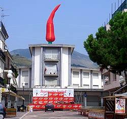 Aufblasbarer Chili auf dem Rathaus von Diamante