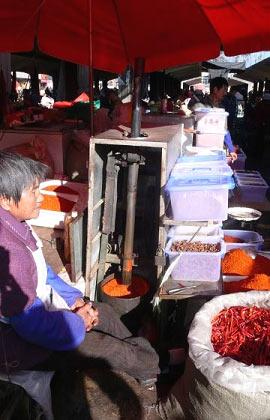 Chilis und andere Gewürze auf einem Straßenmarkt