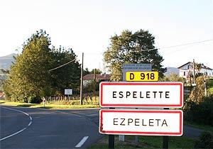 Espelette: Zweisprachiges Ortseingangschild