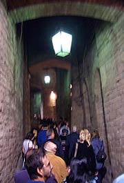 Besucherschlangen in der Rocca Paolina