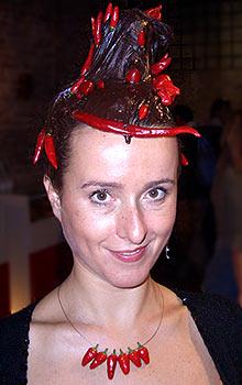 Simona mit scharfer Schoko-Frisur