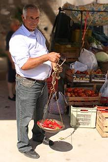 Peperone-Kauf auf dem Markt