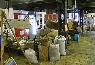 Gewürz-Exponate im alten Speicher