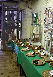 Gewürzproben und Gewürz-Walzwerk (Hintergrund)